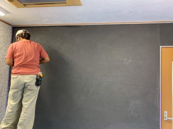 テレビ番組「それって!?実際どうなの課」にてあきら100%さんと一緒に塗った壁