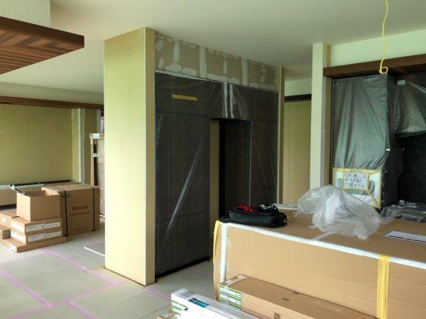 プラスターボード下地の裏面側。塗り版築施工前の状態