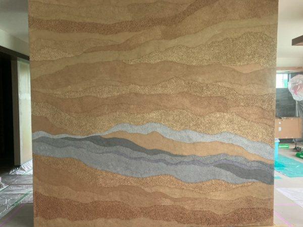 塗り版築のキッチン独立壁。グレーアクセント色。原田左官施工