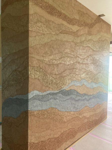 塗り版築特注仕上げのキッチン独立壁。グレーアクセント色。原田左官施工