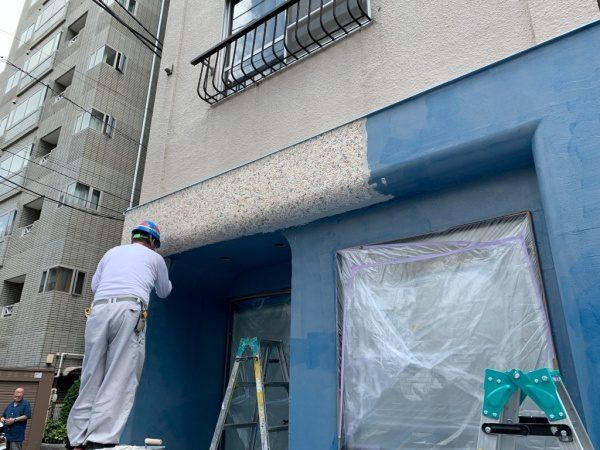 原田左官タイルライブラリーの外壁。外壁にリボール防水施工後に洗い出しネットストーンを施工中の様子