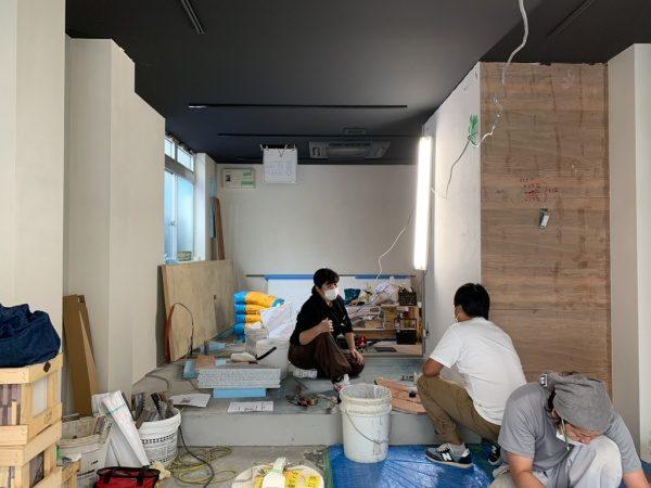 床にデザインテラゾタイルを施工している職人さん達