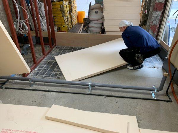 原田左官タイルライブラリーに改装するため床施工として硬質ウレタンフォームで嵩上げ