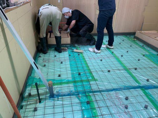 床を硬質ウレタンフォームで嵩上げ後、特殊セメントのE500を打設