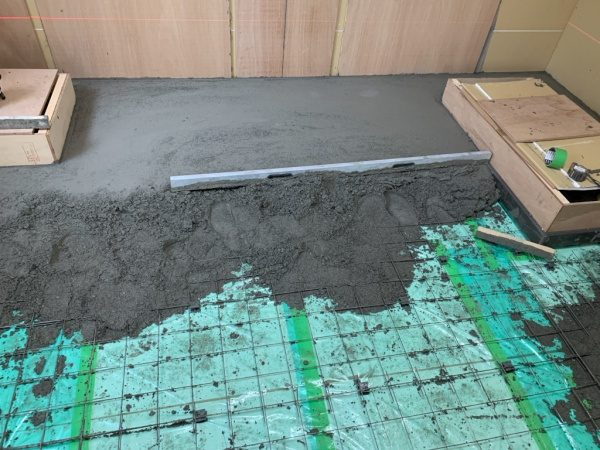 原田左官タイルライブラリー改装のため床を特殊モルタルキーセルE500で施工