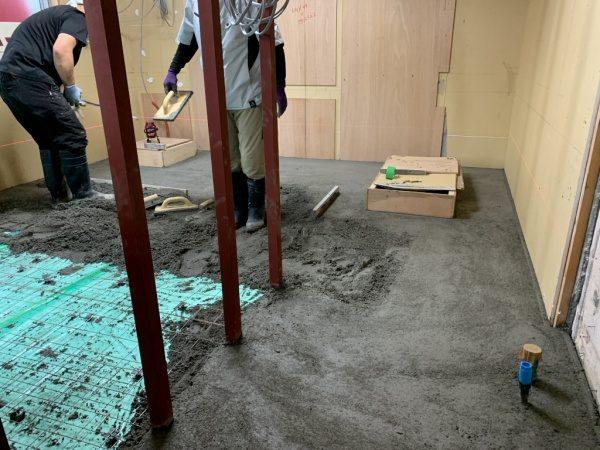キーセル社のモルタルE500で施工中の様子。原田左官タイルライブラリー
