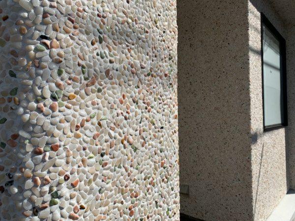 原田左官タイルライブラリーの外壁。洗い出しネットストーンで施工