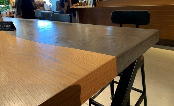 モールテックスグレーのテーブル。カフェのテーブルに原田左官施工。木材の突板とモールテックスを半分ずつでツラで仕上げてある