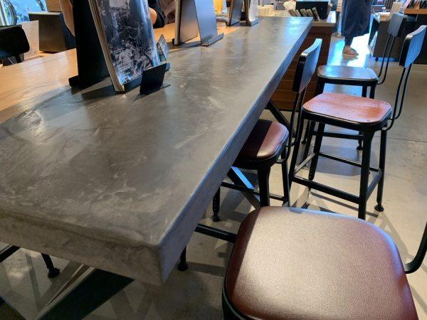 モールテックスグレーのテーブル。カフェのテーブルに原田左官施工