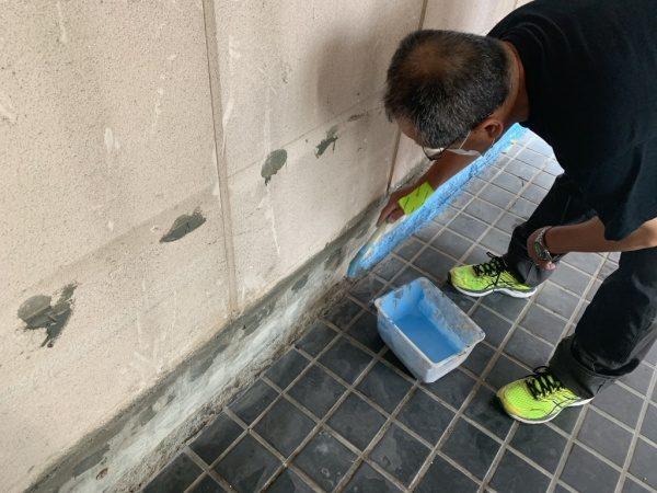 原田左官「タイルライブラリー」のタイル床にキーセルのプライマー塗りつけ