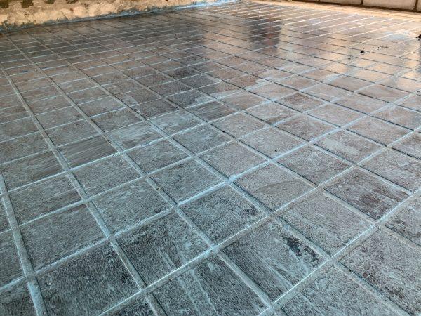 原田左官「タイルライブラリー」のタイル床にキーセルのプライマー塗布後の床の状態