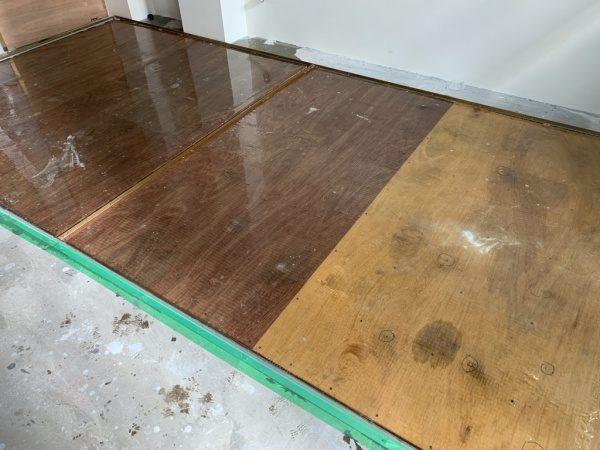 セルフレベリングをした状態のタイルライブラリーの床コンパネ下地