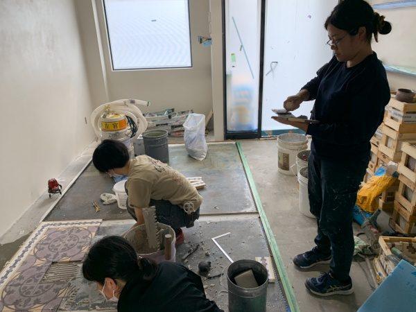 テラゾタイルのMIPAを施工中の職人さん達