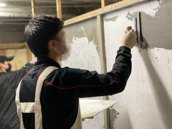 原田左官の左官体験にて漆喰塗り体験をする参加者さん