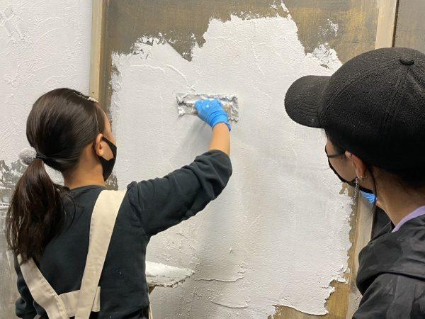 漆喰塗りをしている参加者さん。ココロミルの漆喰塗り体験コース、原田左官にて