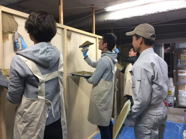 壁塗り体験をしている参加者さん。仕事旅行社の左官体験コース「左官職人になる旅」、原田左官にて