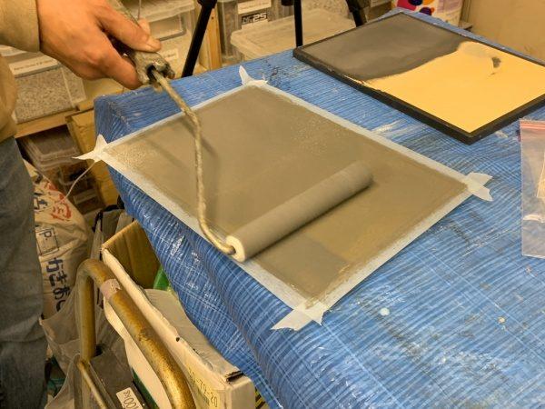 METALLO FLUIDO オルトレマテリア仕上げ。トップコートローラー塗り工程