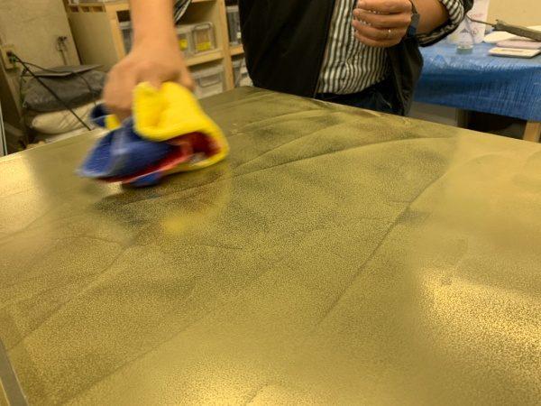 オルトレマテリア(OLTREMATERA METALLO FLUIDO)の真鍮色。研磨工程
