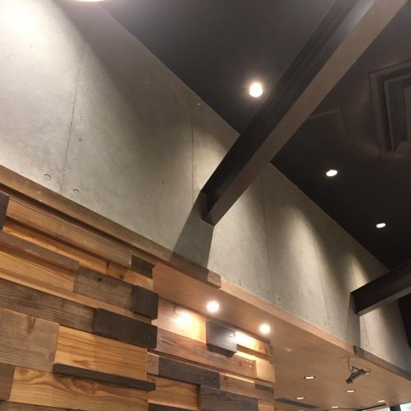 コンクリート打ち放し風仕上げ - カフェの壁面に施工