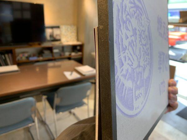 マグネットウォール仕様のモールテックスの見本板の裏面。石膏ボード