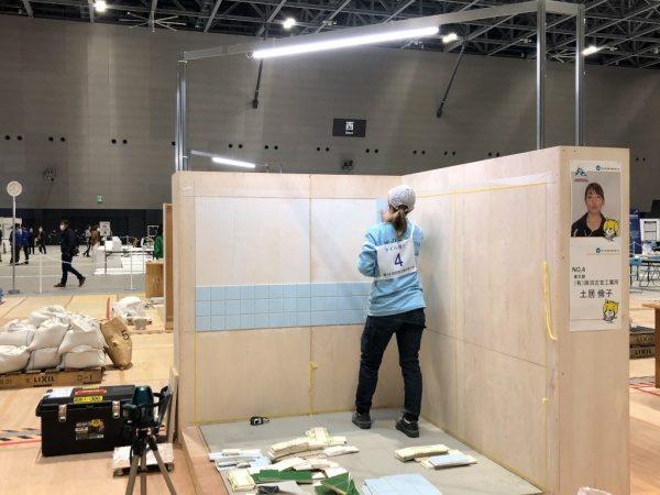 壁面タイル張りをしている職人さん。第58回技能五輪全国大会にて