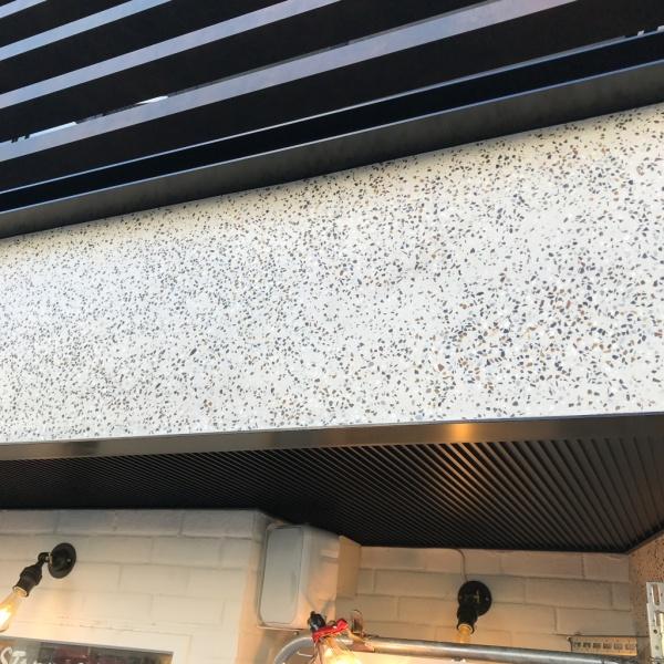 ビールストーンの外壁。飲食店の店舗の外壁上部