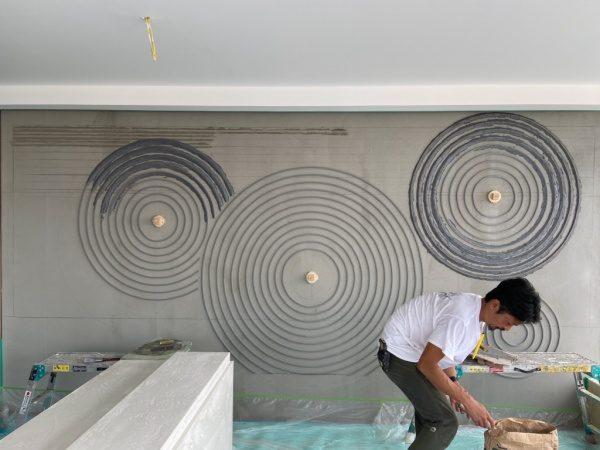 枯山水仕上げの壁、下塗り段階作業中の様子。原田左官施工