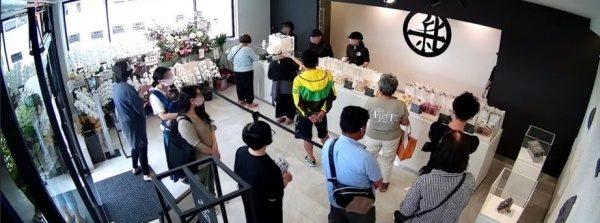 富山新出製パン所様店内の様子。大勢のお客様が来店されている様子
