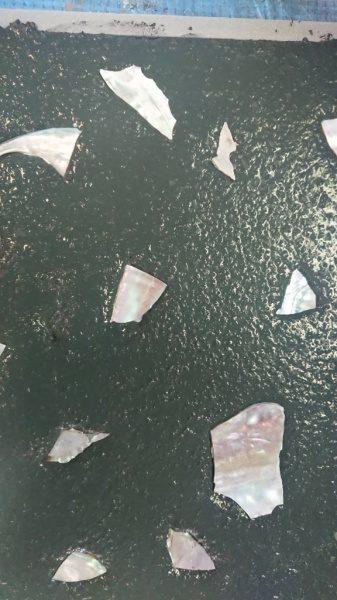 アワビ貝殻を埋め込んだ状態。研ぎ出し試作用の乾燥前の状態