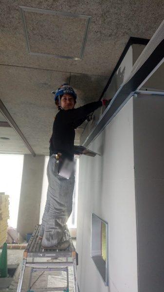 原田左官オリジナルのコンクリート打ち放し風仕上げ施工中の職人さん