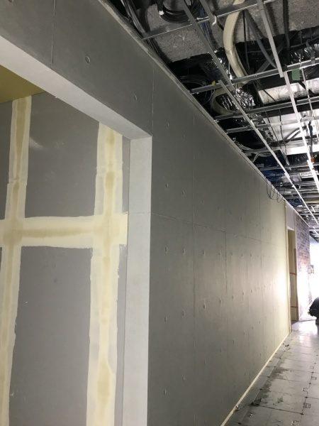 原田左官オリジナルのコンクリート打ち放し風仕上げ施工中の壁