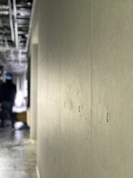 原田左官オリジナルのコンクリート打ち放し風仕上げ壁