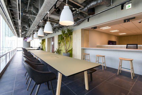 オフィス内装に施工された原田左官オリジナルのコンクリート打ち放し風仕上げ壁。仕上がりの状態