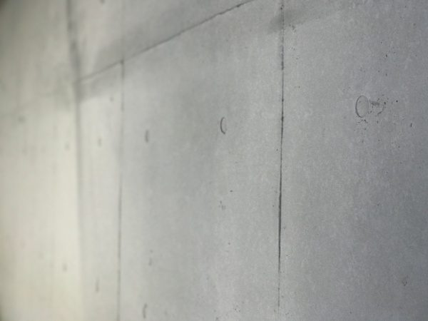 原田左官オリジナルのコンクリート打ち放し風仕上げ壁。仕上がりの状態
