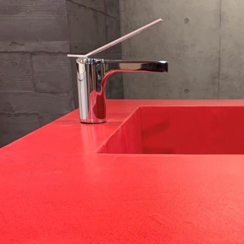 オルトレマテリアの赤いキッチンカウンター天板とシンク。原田左官施工