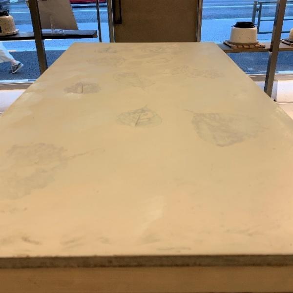 オルトレマテリアのテーブル天板、葉っぱ塗り込みの仕上げ。原田左官施工