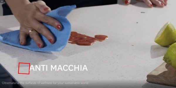 オルトレマテリアキッチンカウンターの防汚性試験。キッチン使用動画より引用