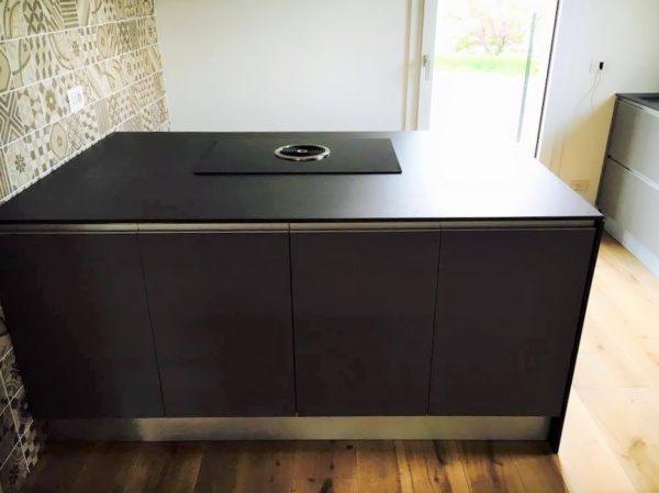オルトレマテリア海外施工例。黒いキッチンカウンター