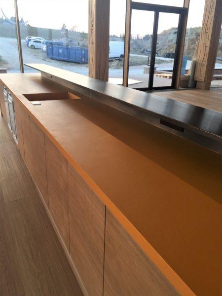 オルトレマテリア海外施工例。オレンジ色のカウンター天板