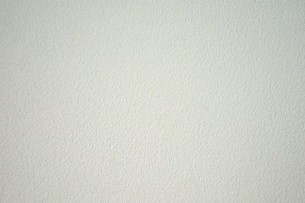 現代しっくいフルーフレ白の壁。サブロンセミフラット仕上げ、白い砂入り。川崎の住宅内壁、原田左官施工