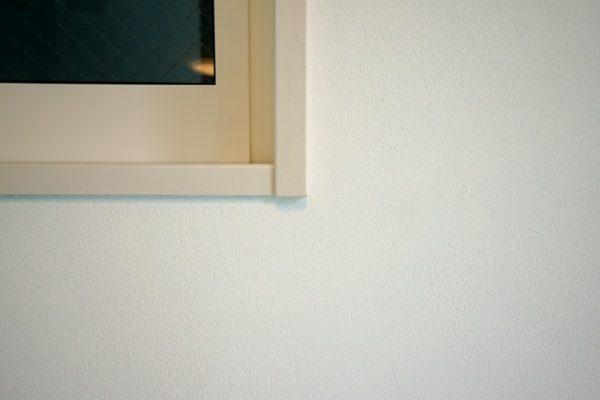 現代しっくいフルーフレ白の壁。サブロンセミフラット仕上げ。川崎の住宅内壁、原田左官施工