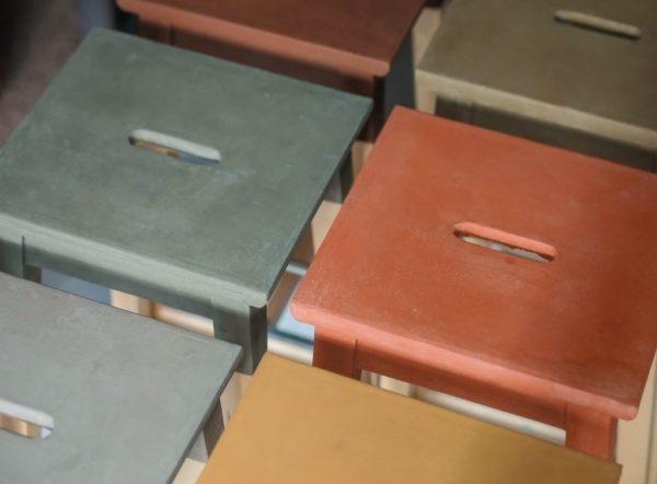 「風土~FUUDO~」で施工した椅子。6脚各色