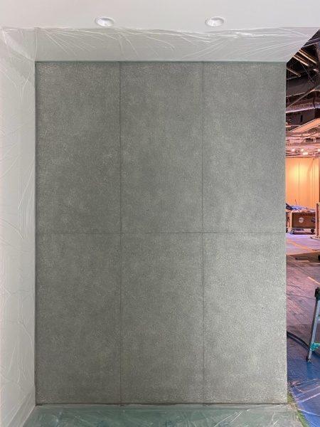 住宅展示場のコンクリート打ち放し風仕上げ壁、完成の状態。原田左官施工