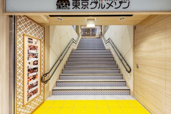 珪藻土仕上げの金継ぎイメージ壁。東京グルメゾンの壁へ原田左官施工。入り口付近画像