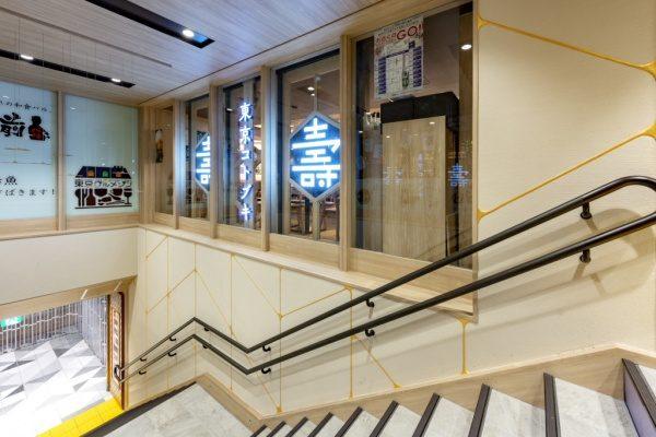珪藻土仕上げの金継ぎイメージ壁。東京グルメゾンの壁へ原田左官施工。階段上側からのアングル
