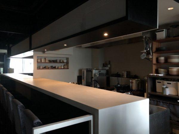 恵比寿のレストランMAENのメインカウンター天板。白土の風土仕上げで原田左官施工