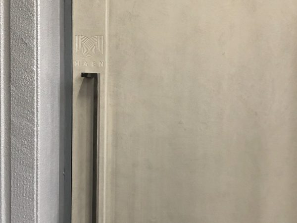 白土の風土仕上げ鉄扉、恵比寿MAENさんのロゴ入り仕様。原田左官施工