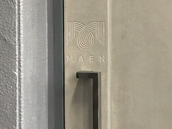 恵比寿のレストランMAENさんのロゴ入り鉄扉。白土の風土仕上げで原田左官施工