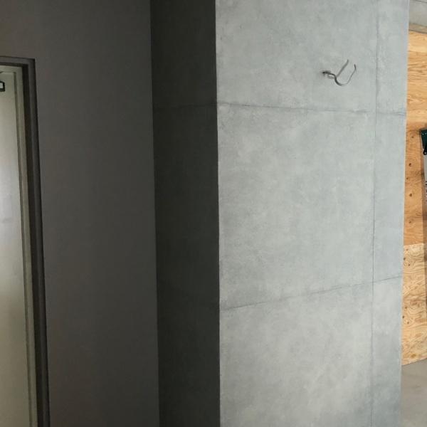 コンクリート打ち放し風仕上げの柱、完成の状態。原田左官施工