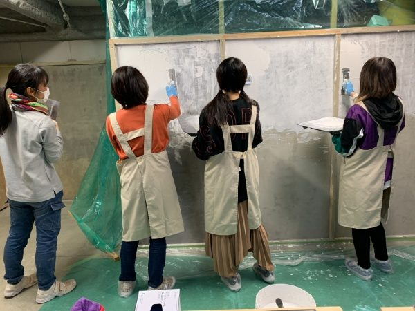 原田左官のしっくい塗り体験の模様